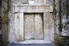 Porta di pietra massiccia Fotografie Stock Libere da Diritti