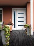 Porta di pietra moderna di bianco dell'entrata della casa Immagini Stock Libere da Diritti