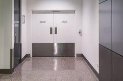 Porta di protezione antincendio in edificio pubblico immagine stock
