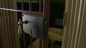 Porta di un colpo della prigione stock footage