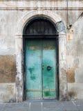 Porta di vecchia costruzione con la pittura della sbucciatura ed arrugginita Fotografie Stock Libere da Diritti