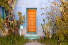 Porta dipinta arancia con il cactus nel sud-ovest Immagini Stock