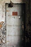 Porta dipinta argento - vecchia distilleria abbandonata del corvo - il Kentucky fotografia stock libera da diritti