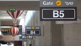 A porta do aeroporto assina dentro a fileira video estoque