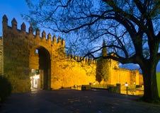 Porta do Alcazar de Córdova na noite do inverno Foto de Stock