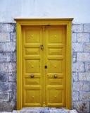 Porta do amarelo da casa do vintage Foto de Stock Royalty Free