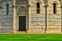 A porta do baptistery em Pisa, Itália imagens de stock