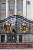 Porta do Buckingham Palace com crista Imagem de Stock Royalty Free