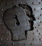 A porta do cérebro humano com o conceito do buraco da fechadura feito do metal alinha