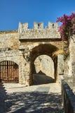 A porta do castelo medieval dos cavaleiros imagens de stock royalty free