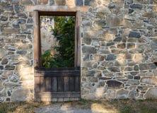 A porta do celeiro na região selvagem vermelha da rocha arruina Virgínia Fotos de Stock