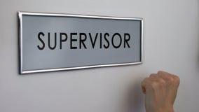 Porta do escritório do supervisor, mão que bate o close up, controle da qualidade de trabalho, autoridade imagem de stock