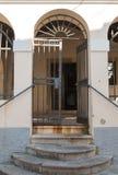 Porta do ferro e escadas arredondadas imagem de stock