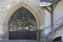 Porta do ferro forjado no castelo de Ostrog Foto de Stock Royalty Free