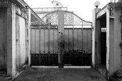 Porta do ferro na frente da casa Fotos de Stock