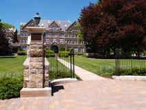 Porta do ferro por uma faculdade velha Imagem de Stock Royalty Free