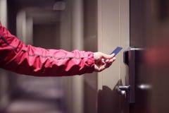 Porta do hotel da abertura com o cartão keyless da entrada Fotos de Stock