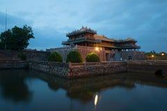 Porta do meio-dia da Cidade Proibida imperial no crepúsculo da noite Matiz, Vietname fotos de stock