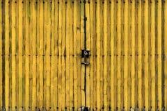 Porta do metal amarelo Fotografia de Stock Royalty Free