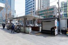 Porta do metro de Seoul na estação da câmara municipal na cidade de Seoul foto de stock