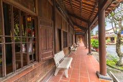 Porta do monastério da arquitetura com a estrutura de porta classificada Imagens de Stock