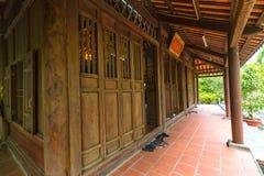 Porta do monastério da arquitetura com a estrutura de porta classificada Imagem de Stock