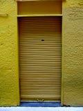 Porta do obturador do rolo do metal amarelo Foto de Stock