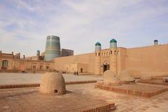 A porta do palácio da arca de Kunya e os tandoors em Ichan Kala na cidade de Khiva, Usbequistão Foto de Stock Royalty Free