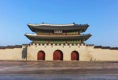 A porta do palácio de Gyeongbokgung no céu azul Imagens de Stock Royalty Free
