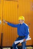A porta do reboque da abertura de Holding Blueprints While do homem de negócios Fotos de Stock Royalty Free