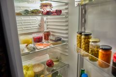 Porta do refrigerador aberta fotos de stock royalty free