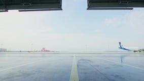 Porta do rolo ou do obturador no hangar do aeroporto Shutter a porta da porta ou do rolo e o assoalho concreto dentro da construç video estoque