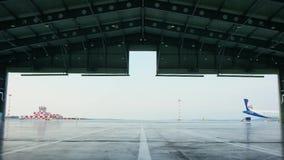 Porta do rolo ou do obturador no hangar do aeroporto Shutter a porta da porta ou do rolo e o assoalho concreto dentro da construç vídeos de arquivo