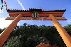 porta do torii do santuário de Kumano Nachi Taisha imagens de stock