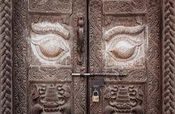 A porta do vintage no estilo nepalês foto de stock