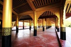 A porta dourada de Myanmar foto de stock