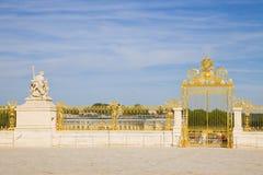 Porta dourada do castelo de Versalhes fotos de stock royalty free