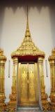 Porta dourada do templo de Tailândia Banguecoque Wat Pho Foto de Stock