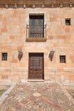 Porta e balcão pequenos acima na construção antiga imagens de stock royalty free