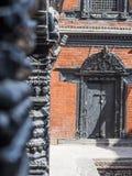 Porta e colunas de madeira handcrafted tradicionais na construção Fotos de Stock