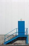 Porta e escadas azuis Fotos de Stock Royalty Free