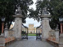 A porta e a fachada do pal?cio Walsaw de Wilanowski, Pol?nia imagens de stock royalty free