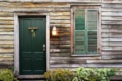 Porta e finestra rustiche con gli otturatori chiusi Immagini Stock