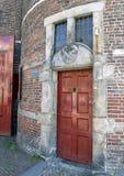 Porta e Gable Stone vermelhas para a guilda do ferreiro, casa de Waag, Amsterdão, os Países Baixos foto de stock royalty free