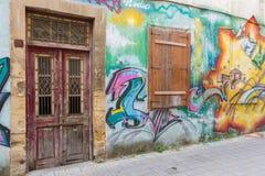 Porta e janela abandonada e arte bonita da rua no St de Pythonos Foto de Stock