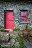 Porta e janela do vintage em uma fachada de uma casa de campo velha na Irlanda fotos de stock