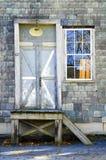 Porta e janela na constru??o shingled ard?sia imagem de stock royalty free