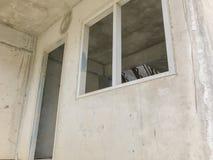 Porta e janela sob a construção fotos de stock