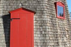 Porta e janela vermelhas imagem de stock