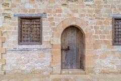 Porta e janelas de uma das salas que cercam a jarda principal da citadela de Alexandria, Egito foto de stock